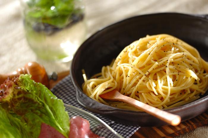 ■黒コショウとバターのシンプルパスタ なんと全てフライパン1つで作れちゃうお手軽簡単パスタ。茹でて混ぜるだけなのでとっても簡単!