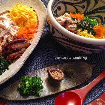 奄美の郷土料理「鶏飯(けいはん)」は見た目もとってもカラフル。かつては薩摩の役人をもてなすために作られた料理だったそうで、様々な具材をのせ丸鶏からとったスープをかけて食べます。奄美では学校給食のメニューにもなっていて、とても人気があるそう。ぜひ作ってみてくださいね。