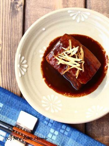 とろけるようなおいしさが魅力の沖縄の豚の角煮「ラフテー」。煮る時に泡盛を使うのが沖縄らしいですね。角煮とラフテーは煮ていますが、ラフテーは皮つきの三枚肉を使います。