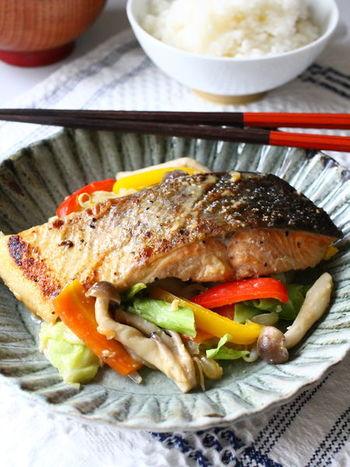 生鮭が手に入ったら作ってみたい、北海道の郷土料理「ちゃんちゃん焼き」。北海道では鮭の獲れる時期になると鉄板やホットプレートで豪快に作ります。フライパンでも簡単に作れて野菜もたっぷり摂れますよ。
