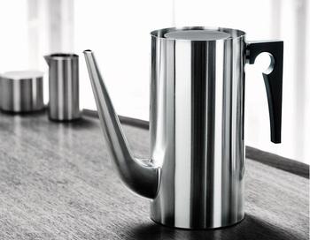 デンマークのキッチンツールブランド、「ステルトン」のコーヒーポット。北欧好きさんならこのフォルムだけでピンとくるかもしれませんね。凛とした佇まいがコーヒータイムも格別なものにしてくれます。