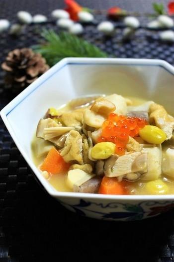 新潟で冠婚葬祭の時にも食べられる「のっぺ」。素朴な雰囲気の煮物はふるさとを思い浮べますね。里いもを使っているので汁にとろみがありますよ。干ししいたけや根菜のうまみが凝縮して深い味です。
