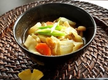 たっぷりの野菜が入った醤油や味噌ベースの汁で幅の広い麺を煮込んだ「おっきりこみ」。具だくさんなので食べごたえがあって温まります。地域によっては「煮ぼうとう」と呼ばれることもあります。