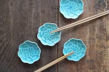 まるでキレイなお花が咲いたような豆皿。表面に凹凸をつけて少し立体的に仕上げているんだそう。パッと目を引く華やかなトルコブルーが食卓のアクセントになっていいですね。写真のように箸置きとして使っても素敵です。
