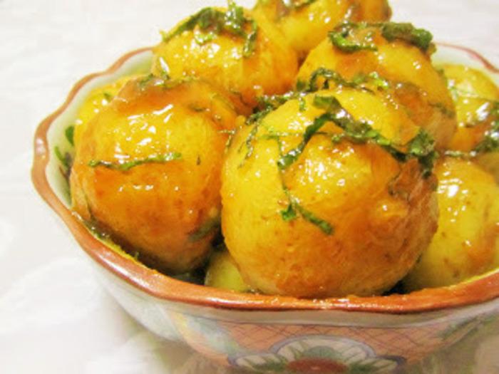 小粒のジャガイモが手に入ったら試してみたい、福島の郷土料理「味噌かんぷら」。茹でたいもを油で炒め、味噌と砂糖を加えます。仕上げにシソを散らすと爽やかですね。こっくりとした味がジャガイモと相性抜群です。