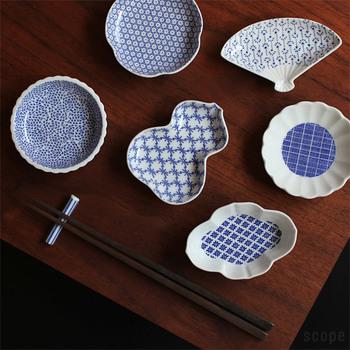 熟練の職人とものずくりをしている「東屋」の粋な豆皿。江戸時代から続く、模様を転写する「印判」という染付けの手法を用いています。小紋の柄を模した形も素敵。扇やひょうたん、梅など、藍色の柄で万人受けする豆皿です。