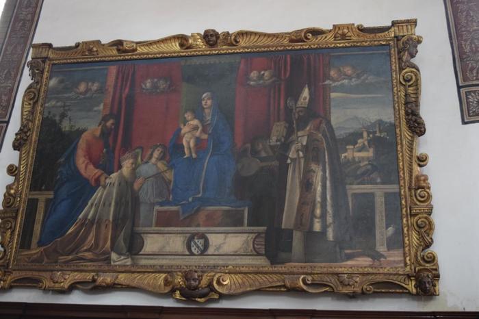 イタリアルネサンス期の画家、ジョヴァンニ・ベリーニの「聖母子と天使と聖人達(バルバリーゴ祭壇画)」があることで有名です。