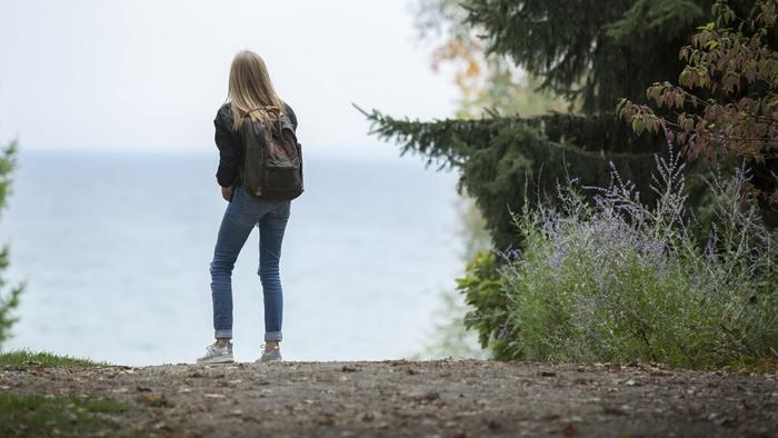 ここ数年、おしゃれさんだけでなくカジュアルファッションを愛する層に人気のリュックサック「フェールラーベン」の「カンケン」。  スウェーデン出身のこちらのリュックは、コーデを選ばない自然な配色とシンプルな仕様で世界中の老若男女に長年愛されてきました。