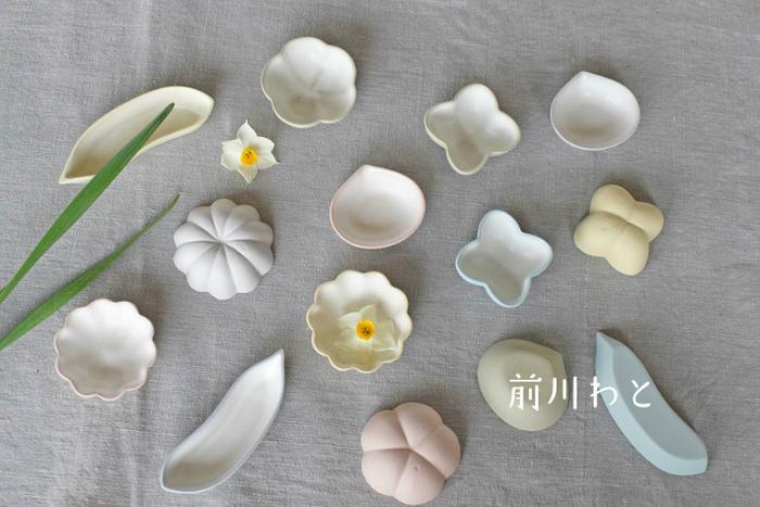 マットな白が美しい「前川わと」さんの豆皿。器の淵と裏側にほんのりと淡いパステルカラーが。形は全部で5種類、バラバラで揃えても、同じものを数枚セットで揃えてもいいですね。上品な白なので、どんな器とも合わせやすく重宝しそうです。