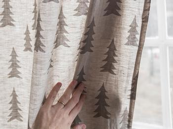 ファブリックをシックな雰囲気のものに変えるのもいいアイデア。こちらは、北欧のもみの木柄のオーダーカーテン。クリスマスでなくても、こんなナチュラルな風合いのファブリックに包まれて生活できたら素敵ですね。
