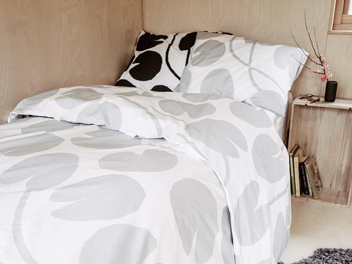 スウェーデンのブランドのシングル用ベッドリネン。掛け布団カバーと枕カバーのセットです。ウォーターリリー(睡蓮)が生地全体に描かれた、大胆ながらも落ち着きのあるデザイン。シックなグレーとダークブルーは、秋のお部屋にぴったりです。
