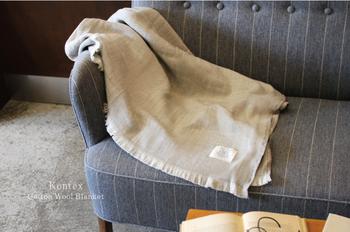 今治でこだわりのタオルを作り続けるブランド「Kontex(コンテックス)」。上質な風合いで、心地いい重さとボリューム感がちょうどいい感じのコットンウールのブランケットは、肌に優しくなじんでくれます。色づかいも優しくて、どんな家具にもよく合います。