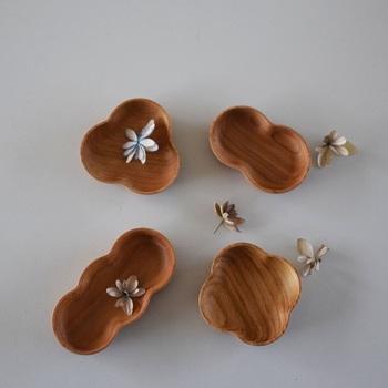 伝統工芸、輪島塗の中で指物木地を作る「四十沢木材工芸」の豆皿。形は4種類。全て天然の桜材のため木目や節、色合いなどが違います。木のぬくもりや優しさを感じられる豆皿です。