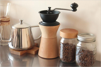 日本の職人技が光る木製のコーヒーミル。今まで粉で買っていた人にはぜひ一度豆から挽いたコーヒーを味わっていただきたいです。香りや風味に至るまで、驚くほど美味しいコーヒーを淹れることができますよ。
