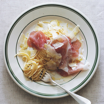 ■生ハムとチーズのスパゲッティ 茹でたパスタにバターとオリーブオイルを絡めて、チーズと生ハムをトッピングした、とってもおしゃれな見た目なのに簡単にできちゃうレシピです。