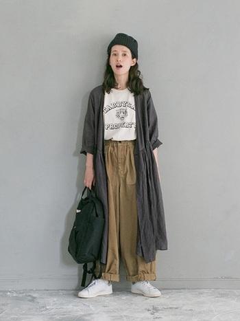 全体にルーズなシルエットのスタイルは、小物使いがカギ。 ニット帽なら、リラックスした雰囲気にぴったり。