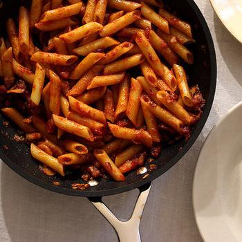 ■ケチャップペンネ ベーコンと玉ねぎをしっかり炒め、味付けはケチャップとカイエンペッパーのみの、どこか懐かしい味のペンネです。