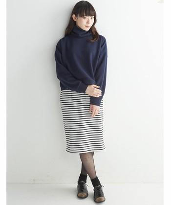 ボーダースカートにネイビーのトップス合わせたシンプルコーデ。シック感が強くなり過ぎないように足元は靴下を合わせて。