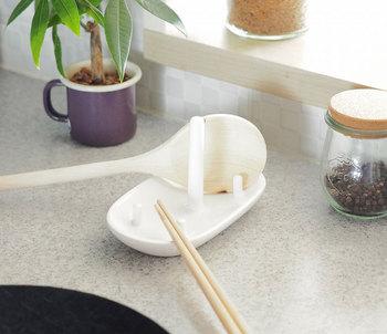 菜箸や調理ベラを同時に置いても安定しています。すっきりとしたシンプルなデザインは、どんなキッチンに馴染んでくれそうですね。