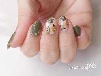 秋らしいアースカラーで作るmarimekkoネイルも、中指と薬指のみのアートにすれば派手な印象になりませんね。