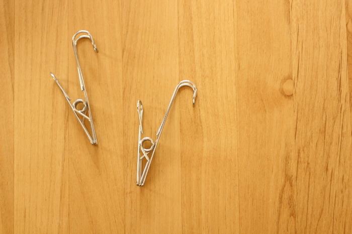 「ステンレスひっかけるワイヤークリップ」も、キッチンの色々な場所で活躍する便利なグッズです!