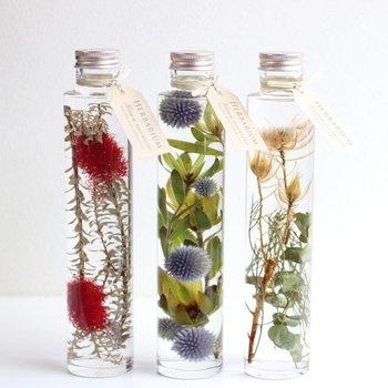 「ハーバリウム」とは、植物標本のこと。ドライフラワーやプリザーブドフラワーもそのひとつですが、最近はガラス容器に専用オイルを入れ、その中に花材を閉じ込めて鑑賞するハーバリウムがとても人気です。