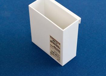 昨年発売されて人気で品薄になっていたこちらは、「ポリプロピレンファイルボックス用・ポケット」。いままでありそうでなかった、ファイルボックスに付けて使える便利グッズです。