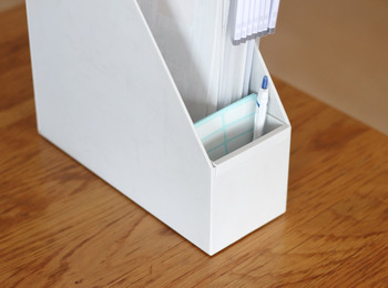このように、ファイルボックスの内側に取り付けてペンなどの小物を入れたり…