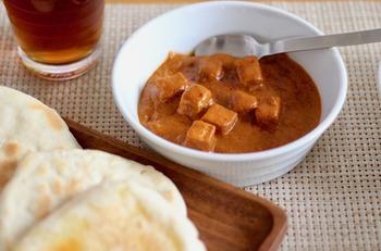「素材を生かしたカレー パニールマッカニー(カッテージチーズのカレー)」は、チーズ好きな方におすすめしたいインドカレーです。バターと生クリームの効いたまろやかな中に、カッテージチーズがたっぷりごろごろと入って食べ応え抜群!こちらも辛さレベルは2です。