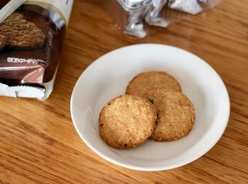 「オーツクランチサブレ ヘーゼルナッツ」には、刻んだヘーゼルナッツがたっぷり入っています。大きめサイズで食べごたえがありますよ!