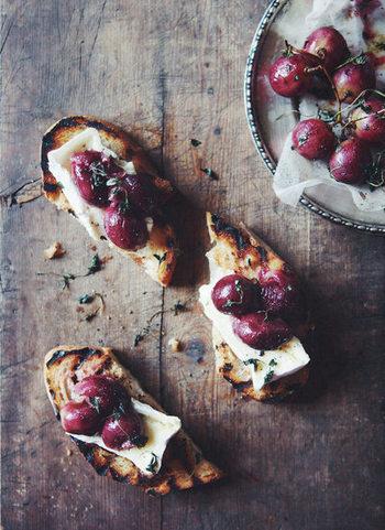 フランスパンを焼いた上に、焼きぶどうやカマンベールチーズを乗せたおしゃれなレシピ。ぶどうは火が通ると甘みとコクが出るのでトッピングにぴったりです。