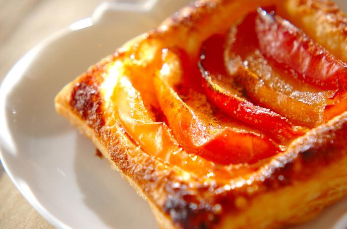 りんごといえば、アップルパイですよね。こちらは冷凍パイシートをつかって、スクエア型のまま作る簡単レシピ。手軽に本格的なアップルパイが作れます♪