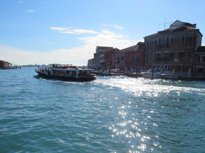 ベネチア本島からは少し遠いですが、水上バスでの移動もとっても楽しいですよ。潮風にあたりながら、船の上からの眺めを楽んでくださいね。