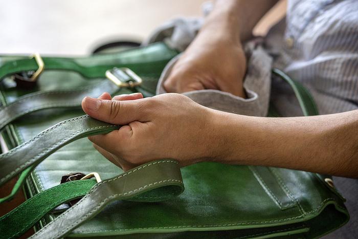 拭いただけでは落ちない頑固なカビは、「消毒用エタノール」で対処できる場合があります。ただしバッグが変色してしまう可能性があるので、底の部分など目立たないところでテストしてから使用してください。テストして問題なければ天日干しと同様に、まずは濡れたタオルでカビを丁寧に拭き取りましょう。次に消毒用エタノールを布などに含ませ、優しく拭き取ります。あとは天日干しをして乾燥させ、仕上げに専用クリームでケアしたら完了です。