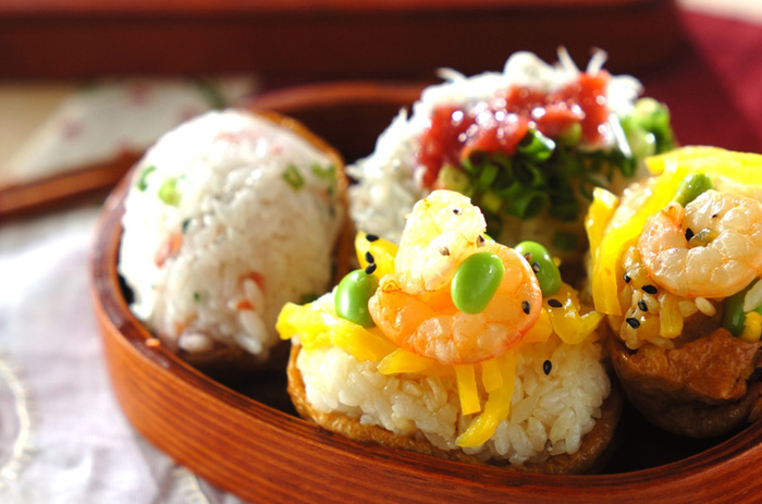 ■彩り鮮やかおいなりさん ピクニックには、食べやすいおいなりさんもおすすめです。半分だけ包んだおいなりさんなら、中身もわかりやすく彩りもよいので華やかになりますよ♪
