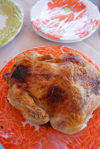 大人数でのキャンプなら、丸鶏を使ったローストチキンはいかがでしょう?スパイスをたっぷり使ってしっかりと味をしみ込ませたチキンは絶品。盛り上がること間違いなしです。