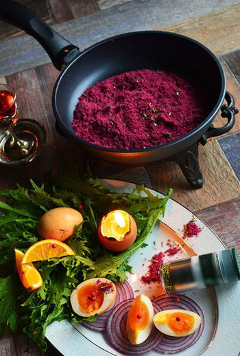 フライパンで作るワイン塩のレシピがこちら。材料は赤ワイン、塩、お好みの乾燥ハーブのみです。深紅の色合いが本当に綺麗ですね。そしてコーディネートがお洒落すぎます…。