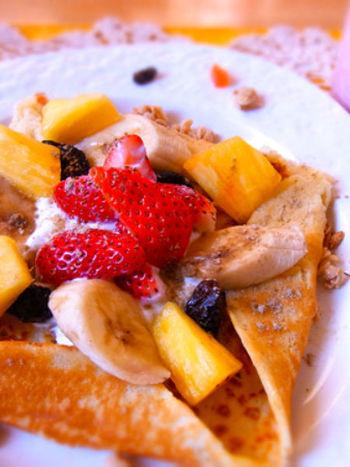 ガレットは、朝食やランチだけでなく、おやつとしても活用できます。ホットケーキミックスを使っているので、フルーツやヨーグルトに馴染みやすいのが特徴です。いつものパンケーキよりワンランク上のスイーツに仕上げたい…そんなときには、ガレット風パンケーキに挑戦してみてはいかが?
