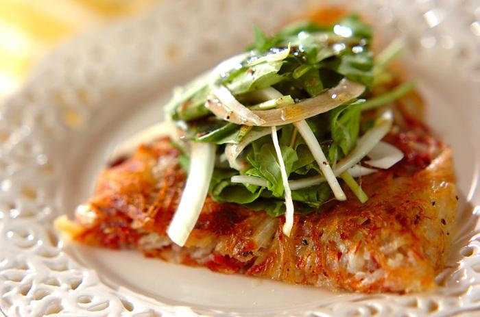 コンビーフとジャガイモでつくる、外はカリカリ、中はもっちりのやみつきレシピ。やや手の込んだレシピですので、おもてなし用としてもおすすめです。お好み焼き風に、マヨネーズやソースをかけても美味しそう◎