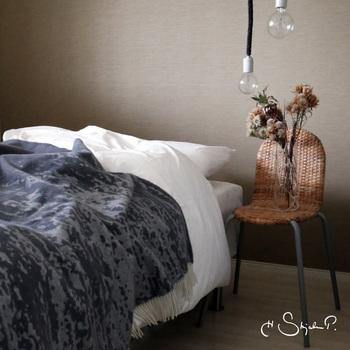 ピュアウール100%の「H Skjalm P.(ホー・キャルム・ピー)」のブランケットをベッドスプレッドに。ふわっと厚みがあるのに、チクチクしないのは、その上質さによるもの。就寝時の保温性も確保できますし、普段はおしゃれなインテリアとしてもおすすめです。