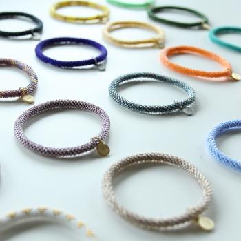 「Crochet」とは、フランス語の「かぎ針」という意味です。 クロッシェブレスレットは、糸に通したビーズを、かぎ針を使って一粒一粒丁寧に編んで作られています。