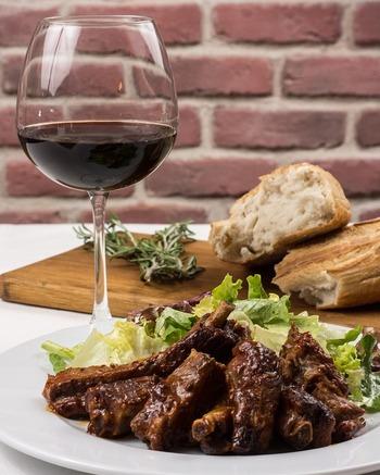 ワイン塩には、ワインのフルーティな香りと独特の旨味が凝縮されています。赤ワイン塩なら深みのあるベリーの風味、白ワイン塩ならさっぱりした爽やかな酸味が加わって、お料理の味をグッと引き立ててくれます。