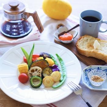 素敵な器を使った朝ごはんが素敵な「Tammy*」さん。丁寧な暮らしが綴られているブログ「こころいろ 365日。」とインスタグラム(t_ammy)もされています。  こちらも白とガラスの豆皿が食卓をおしゃれに格上げしてくれていますね。パン用のジャムと野菜用のディップソース入れに。