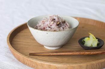 素朴な白色が、白米はもちろん炊き込みご飯や赤飯など、いろんなご飯に合いそう♪
