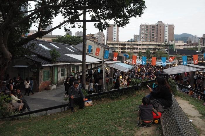 まずご紹介するのは、「四四南村」で開催されている「Simple Market(簡單市集)」です。四四南村はかつて軍人村だった場所なのですが、現在ではカフェがあったり、手作り市が開催されたりする台北のおしゃれスポットとなっています。「台北101」から徒歩5分の場所にあるので、アクセスの良さも抜群です。