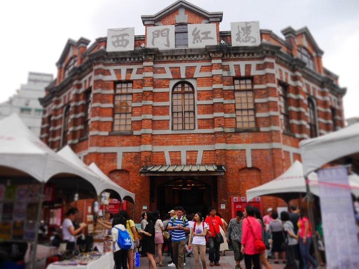 「西門紅樓創意市集」は、MRT西門駅のすぐそばにある「西門紅樓(西門紅楼)」で開催されている手作り市です。西門紅樓は1908年に建てられたレンガ造りのレトロな建物で、中にはショップやカフェなどが入っています。