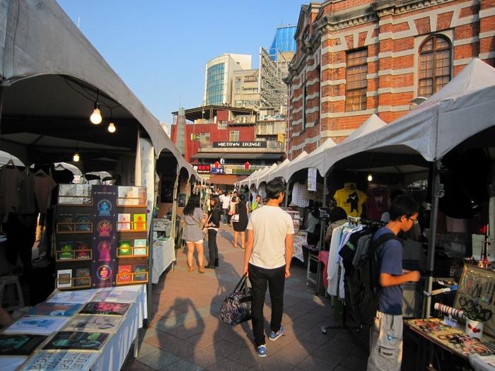 西門紅樓創意市集は、毎週土日に西門紅樓前の広場で開催されます。100以上のブースにアクセサリーや文房具、雑貨などのさまざまな商品が並び、とても賑やかな雰囲気です。