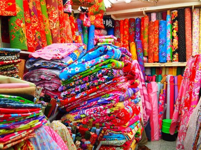迪化街で布を購入するなら、巨大な布市場「永楽市場(永楽布業商場)」がおすすめです。布や布製品を専門に扱うお店が多数並んでおり、色とりどりの布をお得な価格で購入することができます。使いやすいシンプルな布から、台湾らしい華やかなデザインの布までさまざまです。