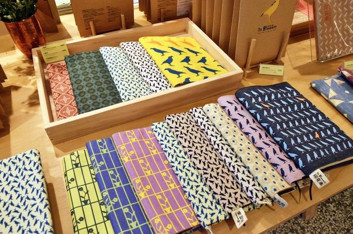 店内には色とりどりのかわいらしい布がずらり。素敵なデザインばかりなので、ついつい買いすぎてしまいそう!そのほか、これらの布を使って作ったバッグや服、クッション、ポーチなども販売されています。