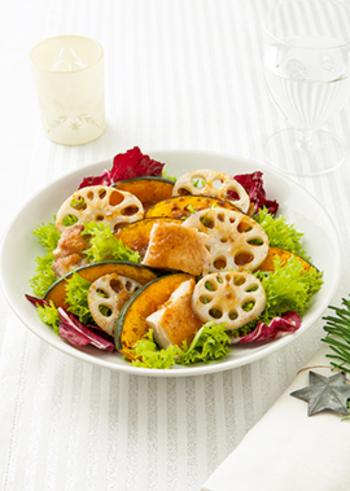 シャキシャキの焼きれんこんと甘いかぼちゃのサラダは、ディナーのテーブルでも目を引く主役級の存在感。鶏もも肉も加わって、うまみやコクも満点です。